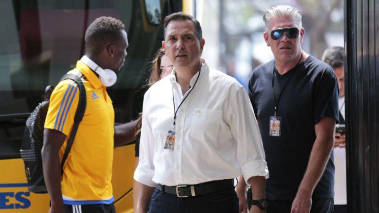 Miguel Ángel Garza saliendo del autobús de Tigres