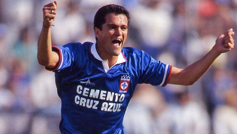 Carlos Hermosillo en un partido con Cruz Azul