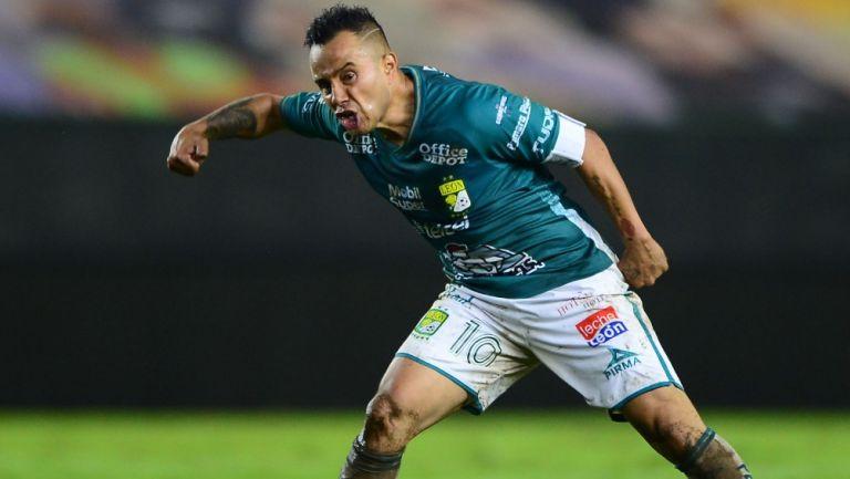 Luis Montes celebra su gol contra Monterrey