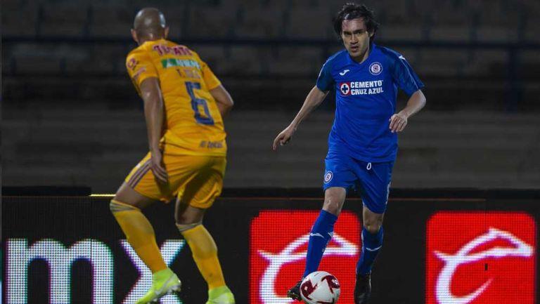 'Shaggy'Martínez conduce la esférica en juego contra Tigres