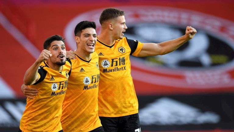 Raúl Jiménez celebra su primer gol con sus compañeros