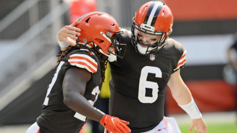 El quarterback  de Cleveland Browns Baker Mayfield (6) y Kareem Hunt
