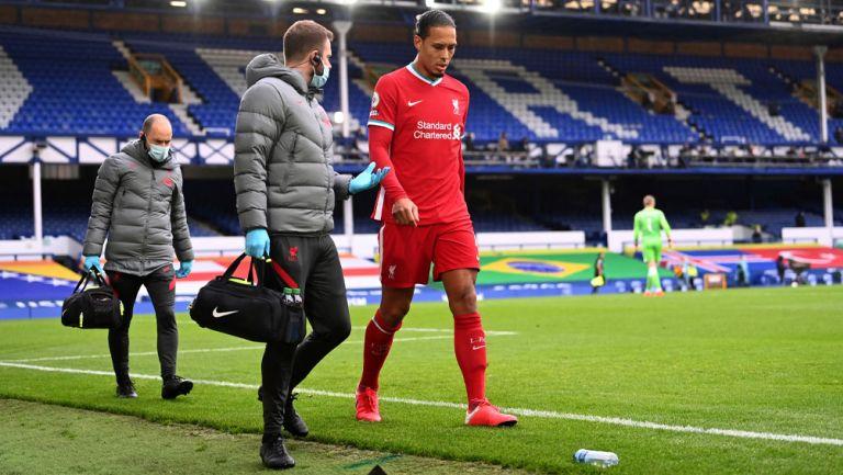 Virgil Van Dijk sale del duelo ante el Everton