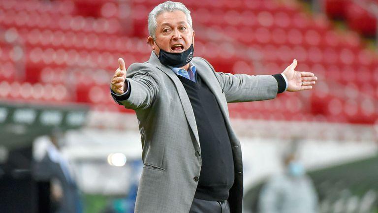 Vucetich reclama en un juego de Chivas