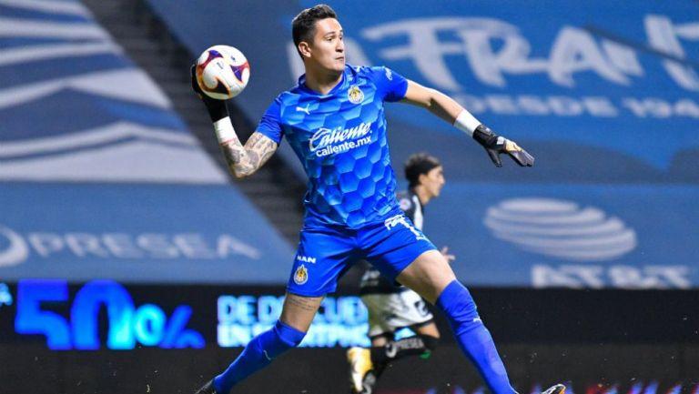 Raúl Gudiño en acción con Chivas ante Puebla