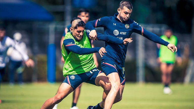 Benedetti pelea el balón en un entrenamiento
