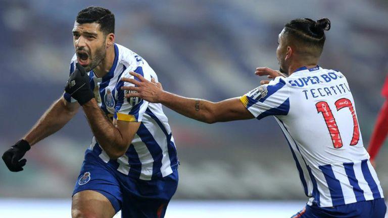 Taremi y Tecatito festejan el gol de la igualada