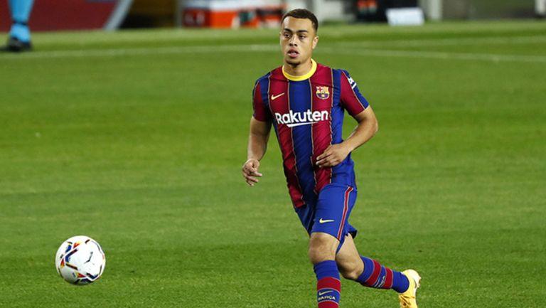 Sergiño Dest durante un duelo con el Barcelona