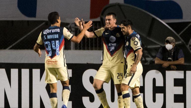 Jugadores del América celebran gol vs Olimpia