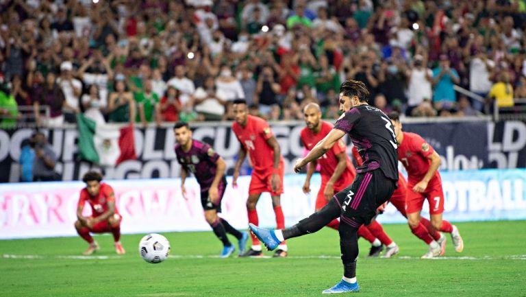 Carlos Salcedo en partido vs Canadá