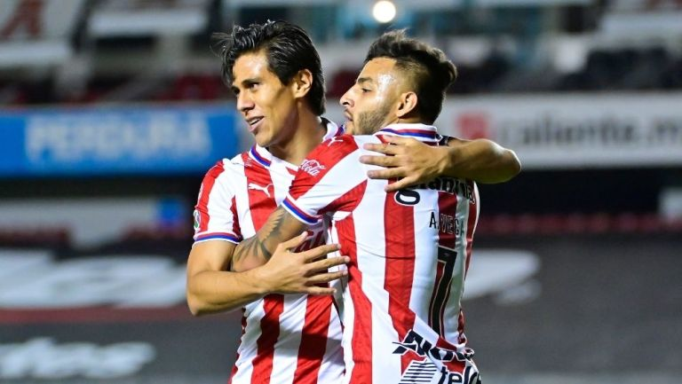Macías y Vega en un partido de Chivas