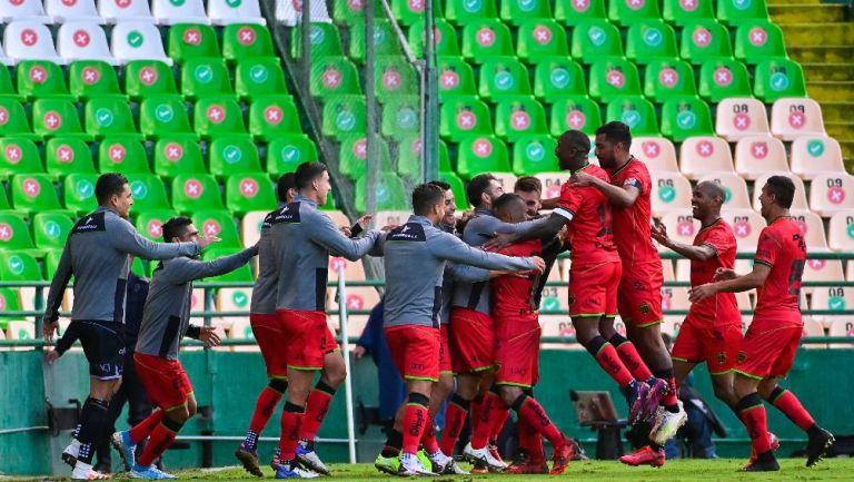 Los jugadores de Juárez festejando el gol de Intriago